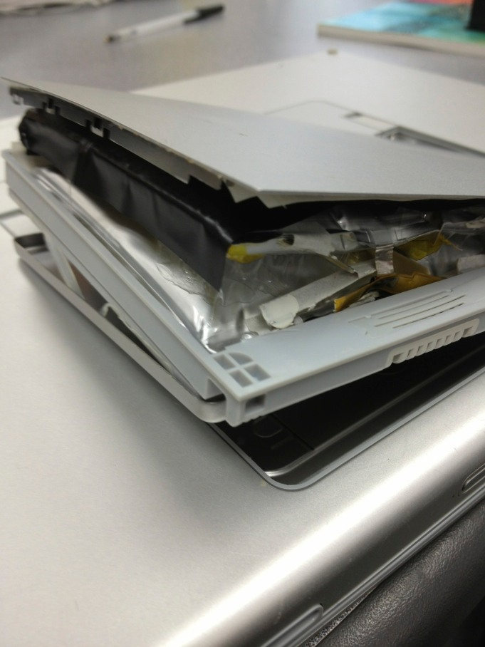 20130701mo-apple-macbook-pro-17-inch-battery-swelling-bursting-expanding-IMG_5139